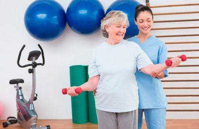 Com envelhecimento da população, assistência especializada é uma área com alta empregabilidade